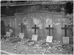 Cimetière de Helsingborg /  Helsingborg cemetery-  Suède / Sweden--Quintette de croix - Crosses quintet- Photofiltre-  En noir et blanc.