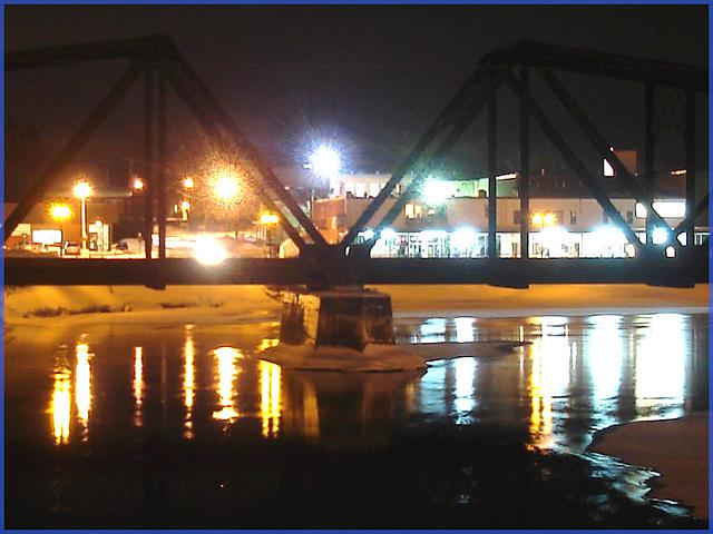 Triangles et reflets multicolores - Colourful train bridge by the night - LACHUTE.  Québec, Canada.