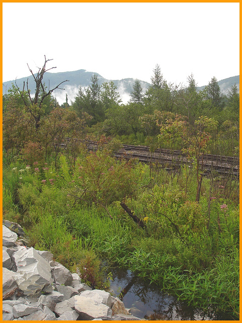 Railroad & Green mountains clouds - Chemin de fer et nuages de montagnes / Road no 7