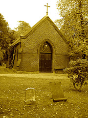 Cimetière de Helsingborg /  Helsingborg cemetery-  Suède / Sweden / Chapelle- Chapel / Sepia.  22 octobre 2008.