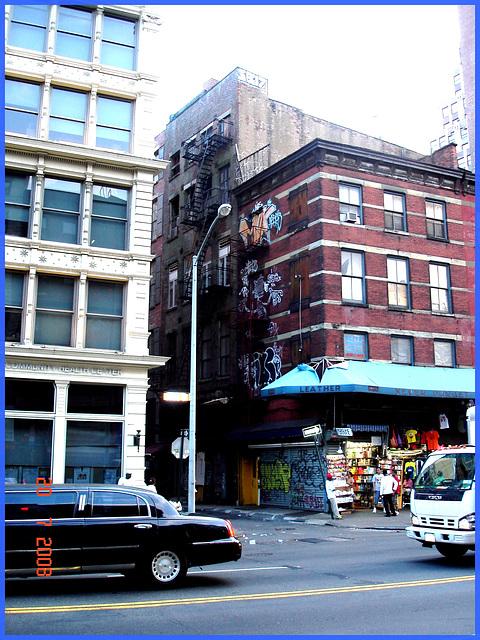 Limousine et graffitis - Goya waster ra graffitis and limousine- New-York City.