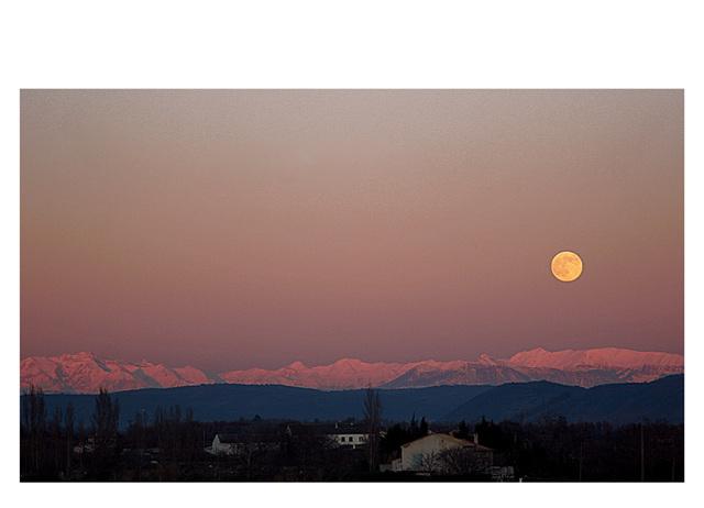 ...et,...souveraine et indifférente, la lune rousse...