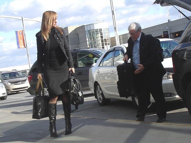 Très séduisante Dame mature en Bottes de Dominatrice - Mature Lady in tremendous Dominatrix Boots- PET Montreal airport
