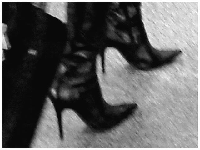 Très séduisante Dame mature en Bottes de Dominatrice - Mature Lady in tremendous Dominatrix Boots- PET Montreal airport.  À l'intérieur - Bottes et valises / Photo ancienne - Vintage