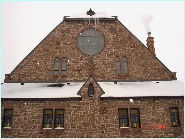 Glaçons et cheminée d'église - Church's smoking icicles-  Lachute- Québec, Canada. 6 février 2008.