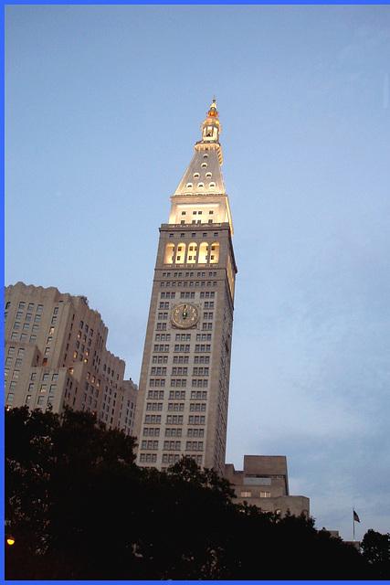 Towering tower- Lunch time  ! Tour imposant l'heure du repas - Midi ! À table ! NYC, USA . 19 juillet 2008.