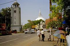 La centro de Kalutara kun horloĝturo, dagobo kaj katolika preĝejo