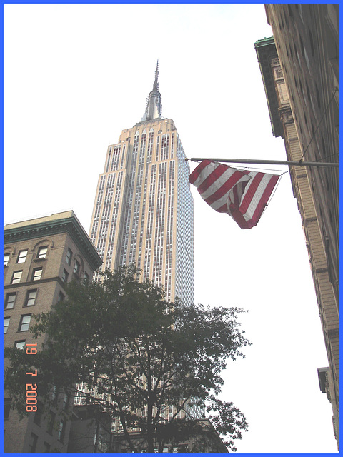 EMPIRE STATE BUILDING / Drapeau et gratte-ciel - Flag and skyscraper eyesight- New-York city- Juillet 2008