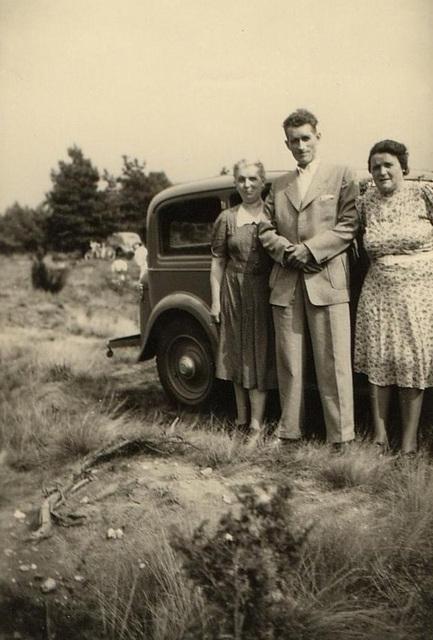 1953: meine Omas und mein Opa vor deren erstem Auto
