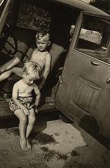 mein Bruder und ich im Jahre 1953 im Opel meines Opas