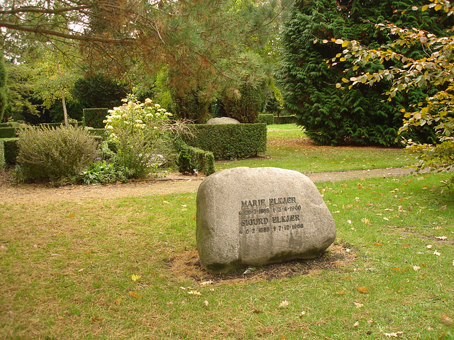 Cimetière de Copenhague- Copenhagen cemetery- 20 octobre 2008-Elkjer à la Pierrafeu-  Flintstone style Elkjer.