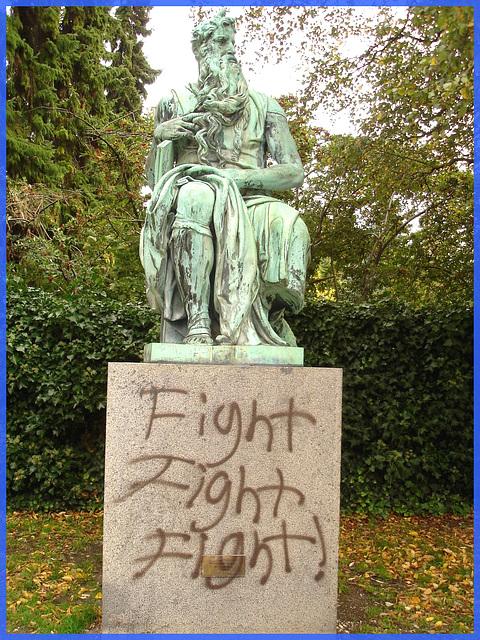 Fight ! Fight ! Fight !  Cimetière de Copenhague- Copenhagen cemetery- 20 octobre 2008