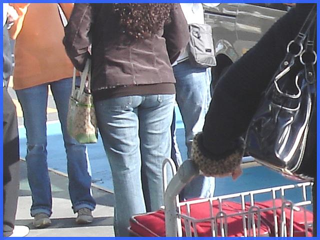 Dodue-frisée et sexy sur le plat - Chubby-curly hair and sexy Lady on flats- Aéroport de Montréal- 18-10-08