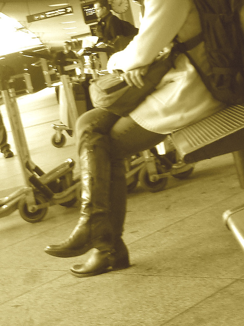 14h05 Readhead Lady in flat sexy boots - Copenhagen Kastrup airport  - 20-10-2008 -  Sepia