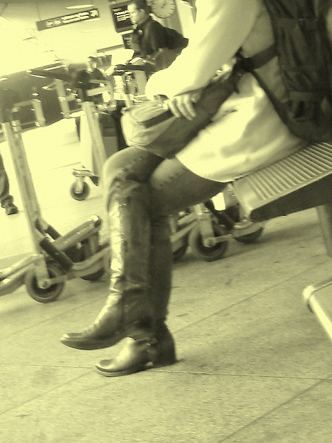 14h05 Readhead Lady in flat sexy boots - Copenhagen Kastrup airport  - 20-10-2008 - Photo ancienne  / Vintage