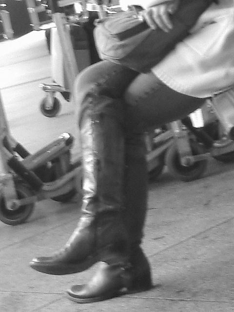 14h05 Readhead Lady in flat sexy boots - Copenhagen Kastrup airport  - 20-10-2008 -  B & W