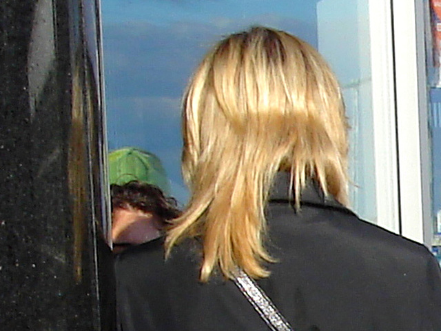 Hôtesse de l'air blonde en Talons Hauts Couperet /  Smoking blond flight attendant in chopper heels - Cheveux de satin blond-  Blond satin hair- Aéroport de Montréal. 18 octobre 2008.