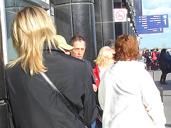 Hôtesse de l'air blonde en Talons Hauts Couperet / Smoking blonde flight attendant in chopper heels - Cheveux de satin blond / Blonde satin hair