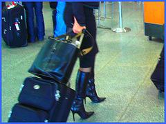 Très séduisante Dame mature en Bottes de Dominatrice - Mature Lady in tremendous Dominatrix Boots- PET Montreal airport-À l'intérieur - Bottes et valises /Photofiltre