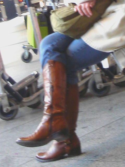 14h05 - Readhead Lady in flat sexy boots-  Copenhagen Kastrup airport  - 20-10-2008