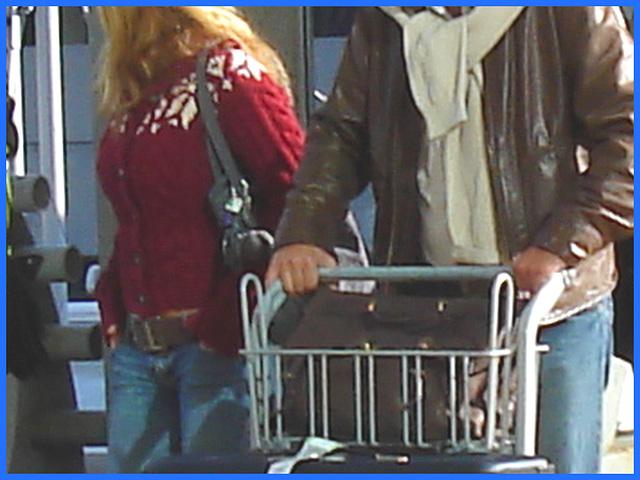 Blond with nice boobs -  Belle blonde bien formée- Aéroport de Montréal. 18 octobre 2008