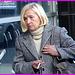 Dame blonde du bel âge en souliers plats / Blonde mature Lady  on flats - Aéroport de Montréal- 18-10-08