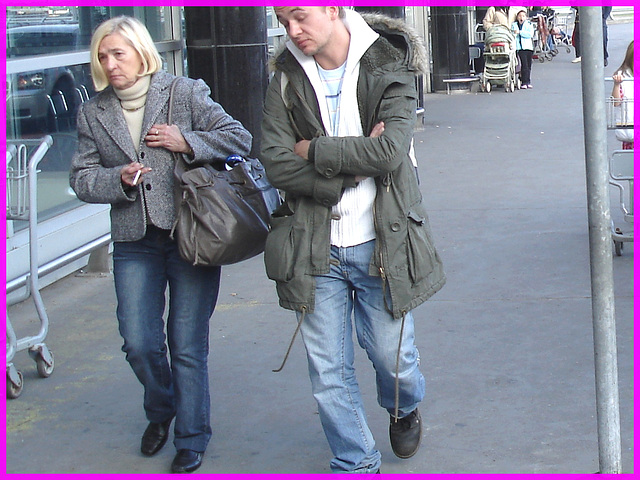 Dame blonde du bel âge en souliers plats /Blonde mature Lady on flats
