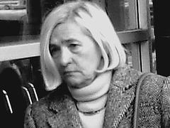 Dame blonde du bel âge en souliers plats- Blond mature on flats- Aéroport de Montréal- 18-10-08-Noir et blanc- black  and white - Photofiltre