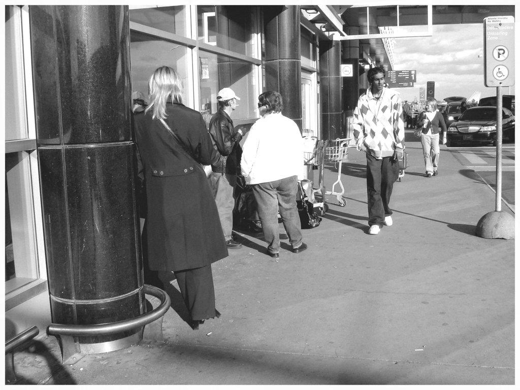 Hôtesse de l'air blonde en Talons Hauts  /  Smoking blond high-heeled flight attendant - Montreal airport - Noir et blanc.