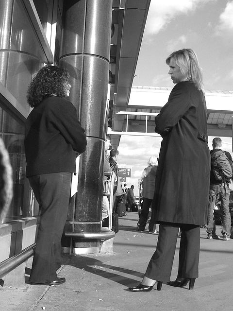 Hôtesse de l'air blonde en Talons Hauts  /  Smoking blond high-heeled flight attendant - Montreal airport / 18 octobre 2008 - Black & white