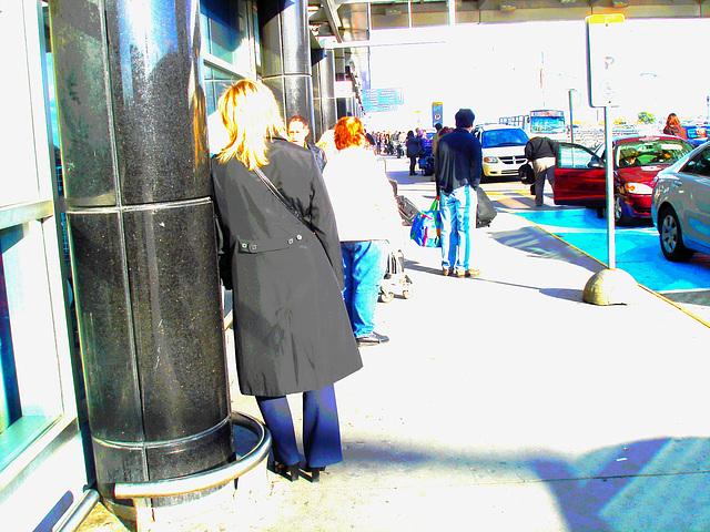 Hôtesse de l'air blonde en Talons Hauts / Smoking blonde high-heeled flight attendant  / PHOTOFILTRÉE.