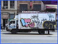 Graffitis roulants / Wheeling graffitis - Canal street- NYC.