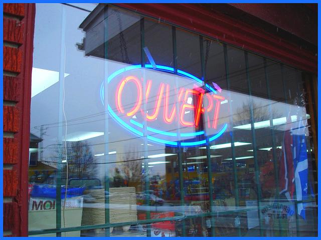 Ouvert !  Open  !    /  Dépanneur du Québec / General store in Quebec. Dans ma ville / Hometown / 7 décembre 2008.