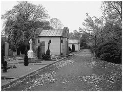 Cimetière de Helsingborg - Helsingborg cemetery -  Suède / Sweden - Up the hill - En haut de la colline - 22 octobre 2008 /  Noir & blanc.