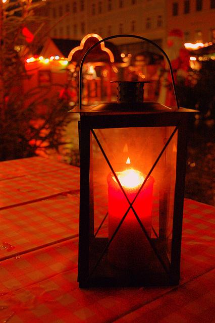 Lanterno kun iluminaĵo en la fono (Laterne)