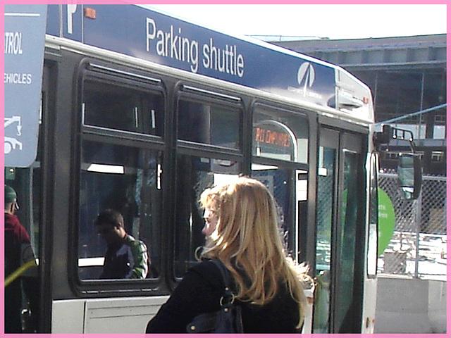 Shuffle Goddesses / Déesses de navette - PET Montreal airport - Blonde on the spot.