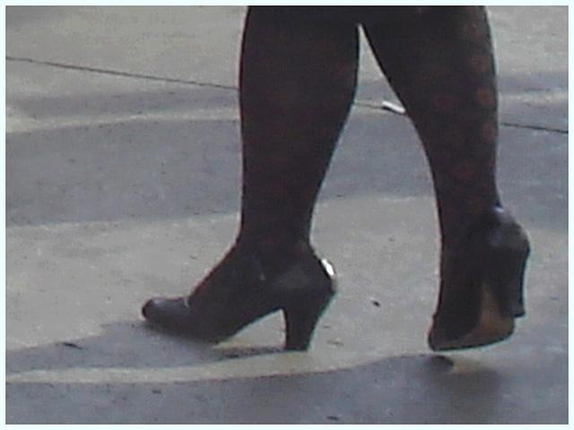 Shuffle Goddess / Déesse de navette - PET Montreal airport- Hammer heels.