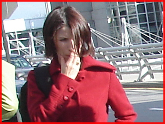 Jeune Déesse sexy en rouge- Young Goddess in red- PET Montreal airport. 18 octobre 2008.