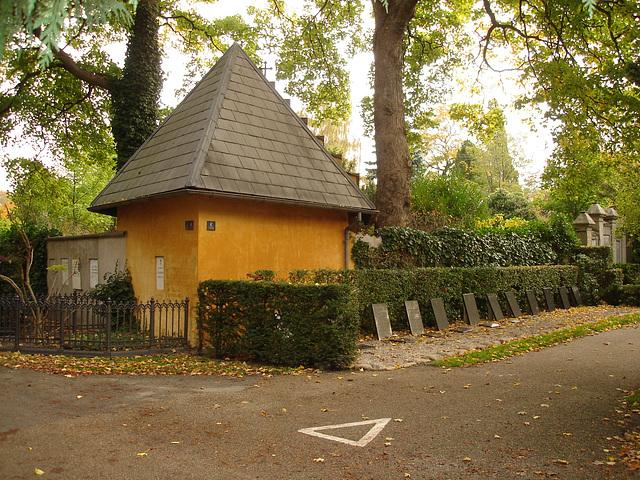 Triangle et beauté architecturale funéraire- Triangle and funeral pretty architecture. Cimetière de Copenhague- Copenhagen cemetery- 20 octobre 2008