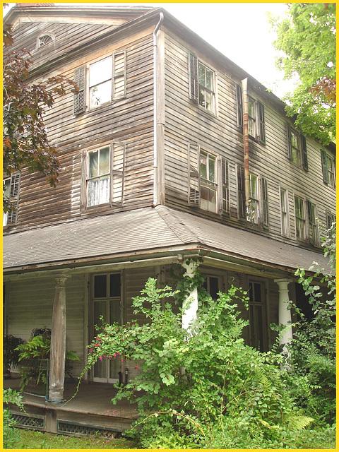 Living haunted mansion / Maison hantée et habitée - Bennington, Vermont. USA /  6 août 2008.