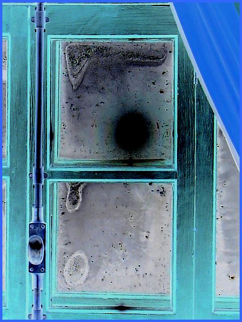Room's window  -  Fenêtre de chambre /  Abbaye de St-Benoit-du lac au Québec  - 7-02-2009 - Effet de négatif