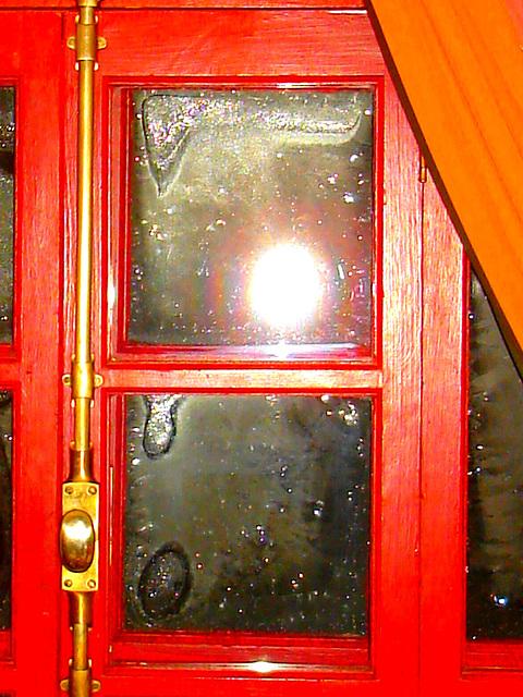Clin de lumière sur chambre / Twinkling light on room - Abbaye de St-Benoit-du lac au Québec  - 7-02-2009  - Couleurs ravivées