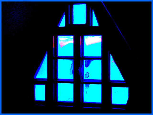 Room's window  -  Fenêtre de chambre /  Abbaye de St-Benoit-du lac au Québec  - 7-02-2009 -  Couleurs ravivées et cadre bleu