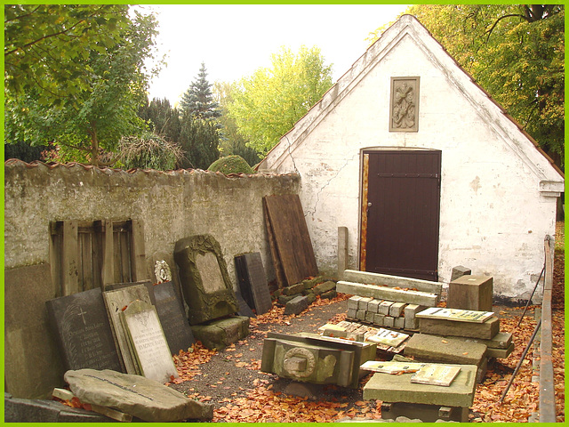 Triangle et beauté architecturale funéraire- Triangle and funeral pretty architecture. Cimetière de Copenhague- Copenhagen cemetery- 20 octobre 2008-Remise funéraire- Funeral shed.