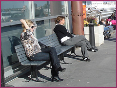 Blonde léopardienne en bottes à talons hauts et verres fumés-  Leopard blond mature with sunglasses and high-heeled Boots- Aéroport de Montréal PET- Montreal PET airport-