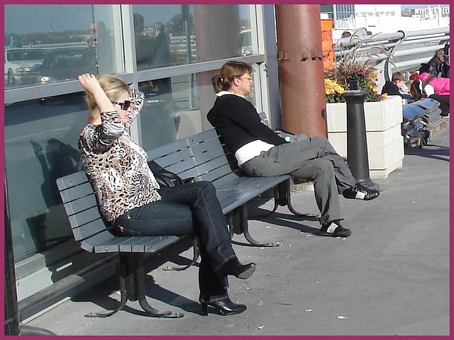 Blonde léopardienne en bottes à talons hauts et verres fumés-  Leopard blond mature with sunglasses and high-heeled Boots- Aéroport de Montréal PET- Montreal PET airport-