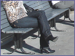 Blonde léopardienne en bottes à talons hauts et verres fumés-  Leopard blond mature with sunglasses and high-heeled Boots- Aéroport de Montréal PET- Montreal PET airport -