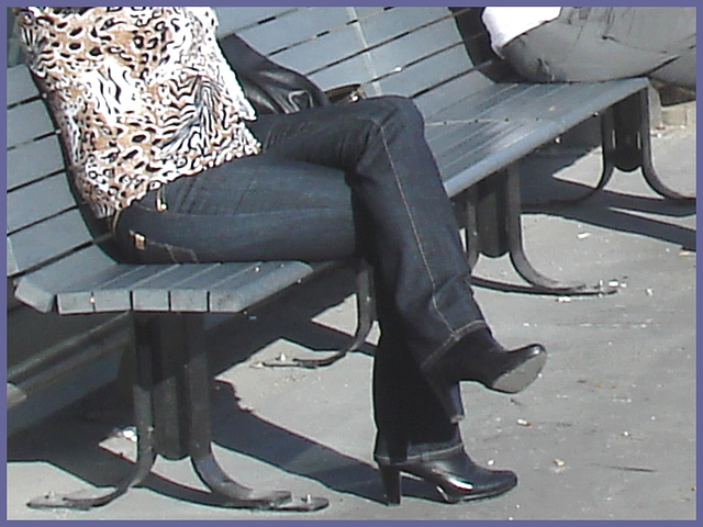 Blonde léopardienne en bottes à talons hauts et verres fumés-  Leopard blond mature with sunglasses and high-heeled Boots- Aéroport de Montréal PET- Montreal PET airport -