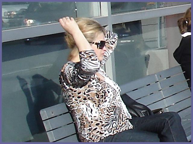 Blonde léopardienne en bottes à talons hauts et verres fumés-  Leopard blond mature with sunglasses and high-heeled Boots- Aéroport de Montréal PET- Montreal PET airport.