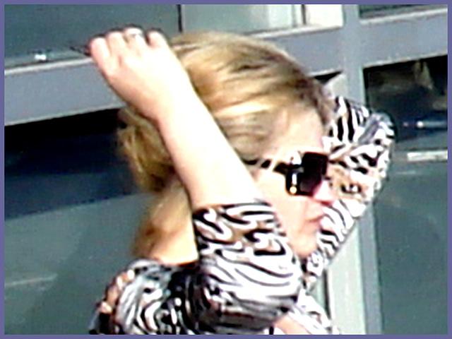 Blonde léopardienne en bottes à talons hauts et verres fumés-  Leopard blond mature with sunglasses and high-heeled Boots- Aéroport de Montréal PET- Montreal PET airport